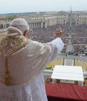 Papa Bend XVI con fieles Roma